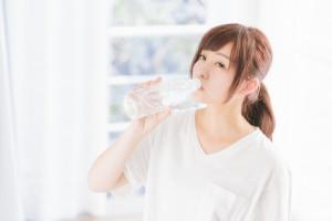 水飲む女性